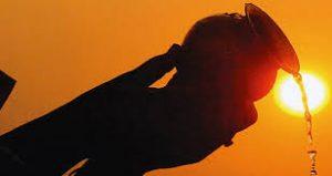 सूर्यदेव को जल अर्पित करते समय